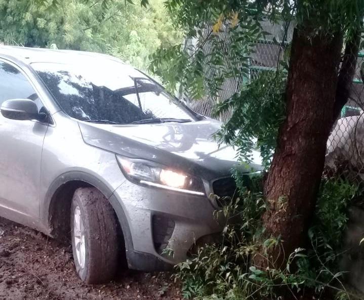 Recuperan automovil robado y aseguran a dos personas.