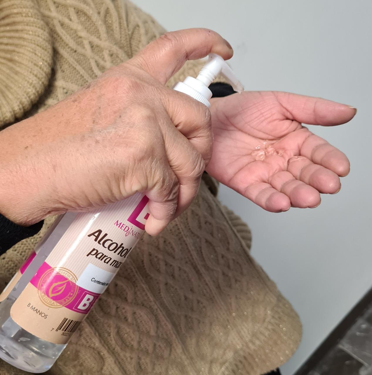Uso de gel antibacterial no suple lavado de manos