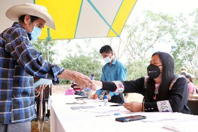 Entregan apoyos a productores afectados de Cuetzalan y Jonotla