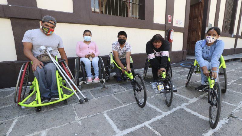 Reciben atletas de alto rendimiento sillas de ruedas